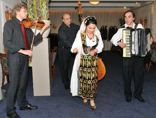 Piroska gypsy trio with Rumanian singer Jelena